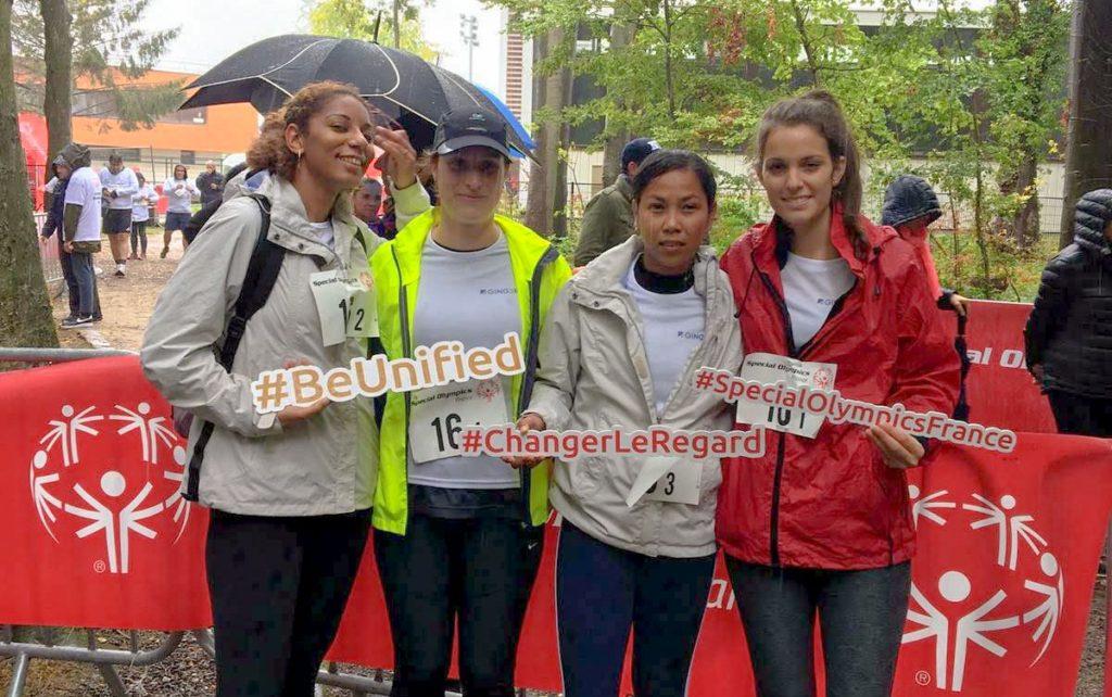 groupe de quatre filles qui concourent à la course