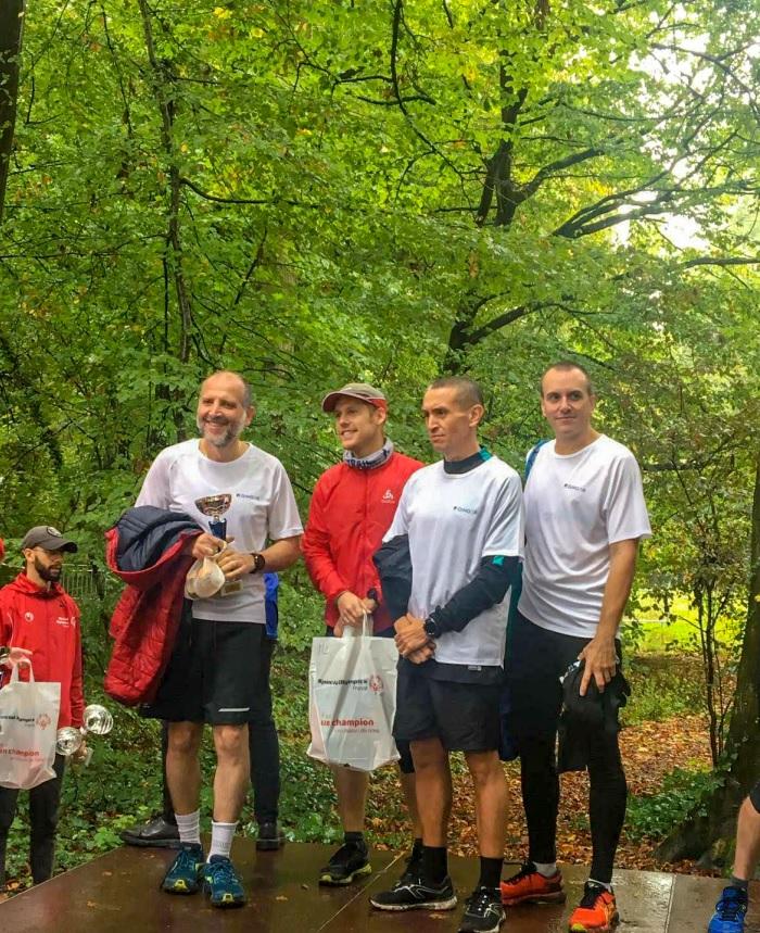 groupe de 4 hommes qui concourent à la course